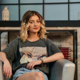 Elena Matei, relaxată și încrezătoare, pe un fotoliu, stând picior peste picior, la interviul CaTine.ro