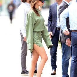 Emily Ratajkowski, într-o ținută sexy, cu șapcă pe cap și ochelari de soare, la plimbare pe stradă