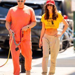 Emily Ratajkowski și soțul ei, la plimbare pe stradă, cu câinele