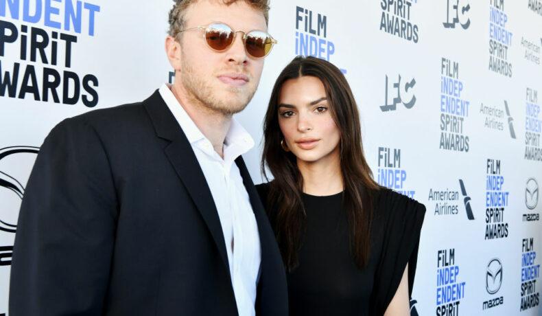 Emily Ratajkowski și soțul ei, îmbrăcați în negru, la Premiile Film Independent Spirit