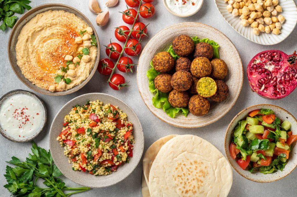 Meniu libanez din falafel cu tabbouleh și hummus