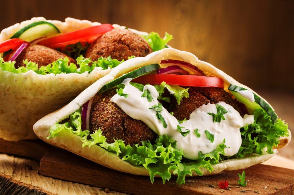 Falafel în lipii libaneze cu legume și salată verde