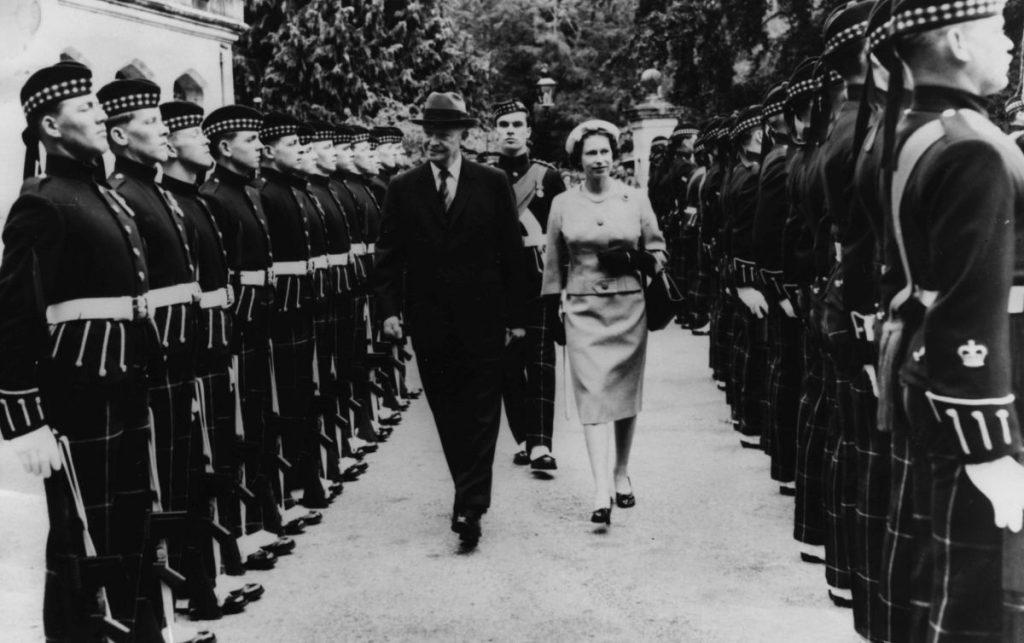 Președintele Eisenhower și Regina Elisabeta inspectează Garda de Onoare, în cadrul unei vizite a acestuia la Balmoral, pe 28 august, 1959 / Getty Images