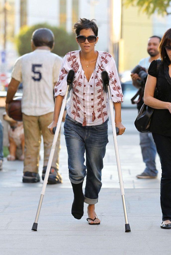 Halle Berry poartă o ie în 2012, în timp ce era accidentată