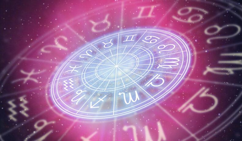 Hartă astrală, cu cele 12 semne ale zodiacului, pe fundal roz