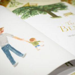 Un tată care îți ține fiul de mână, o ilustrație din cartea The Bench a Ducesei de Sussex