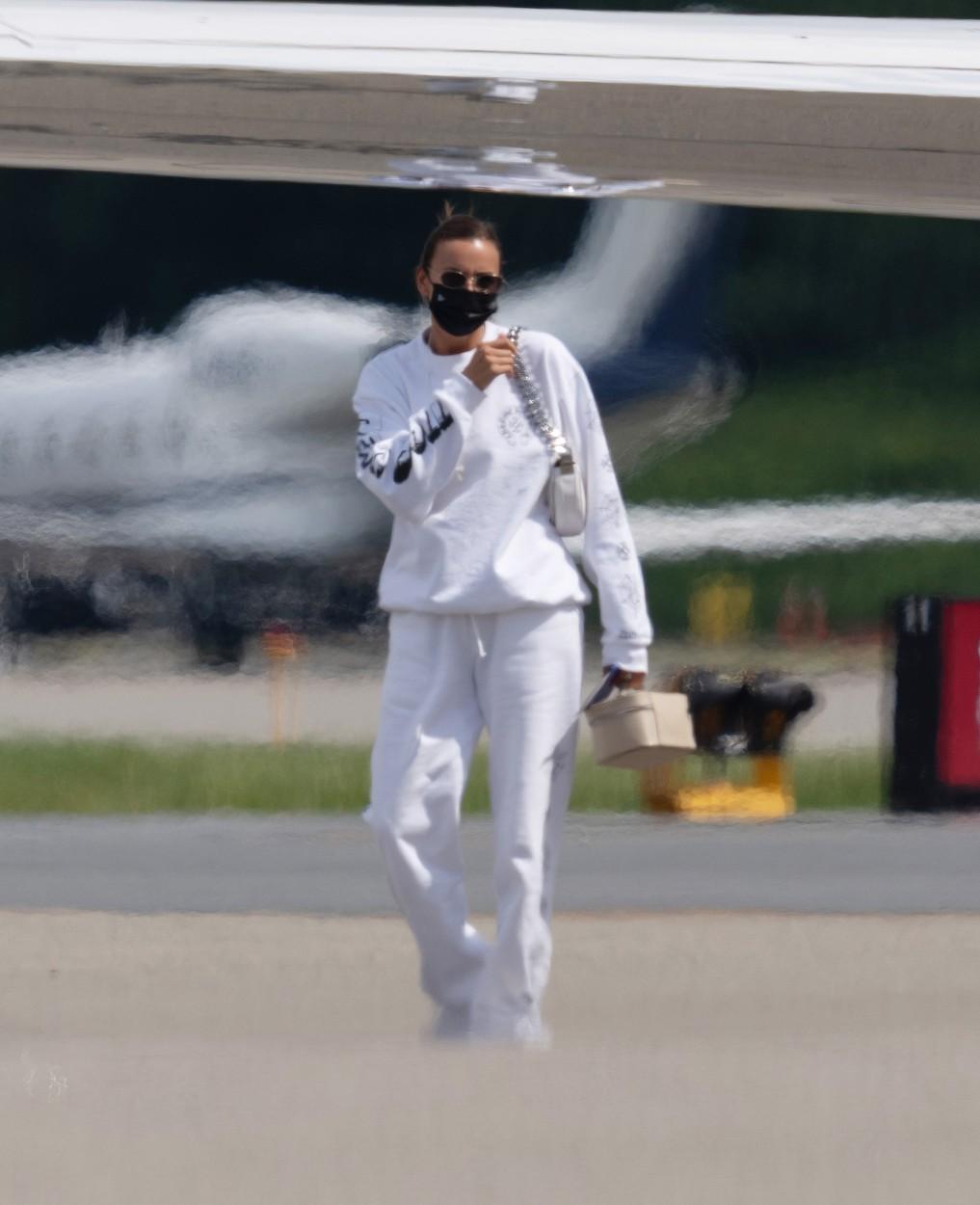 Irina Shayk, pe aeroportul din New Jersey, în timp ce revenea din vacanța cu Kanye West