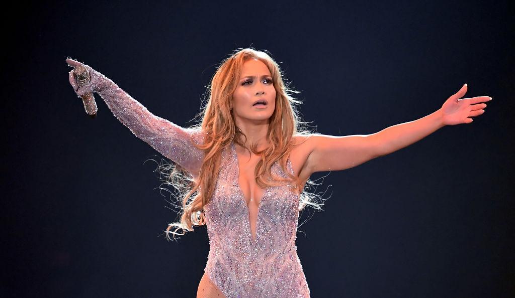 Jennifer Lopez, în concert, în California, într-un body sclipitor, cu mâinile ridicate, în 2019