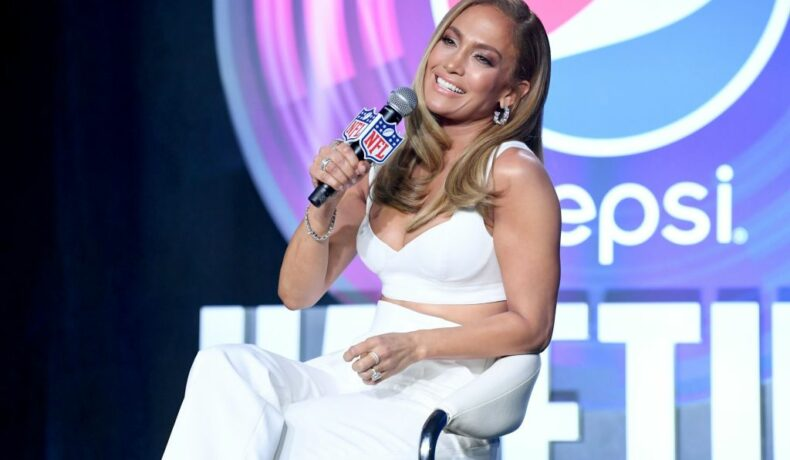 Jennifer Lopez, la conferința de presă din pauza Super Bowl, în 2020