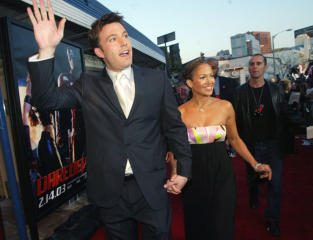 Ben Affleck și Jennifer Lopez, la premiera filmului Daredevil, de mână, în 2003