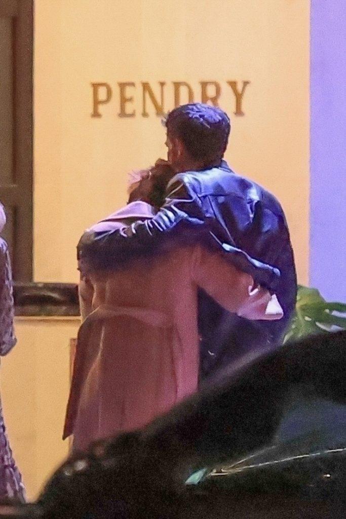 Jennifer Lopez și Ben Affleck, îmbrățișați, în timp ce se pregătesc să intre într-un restaurant