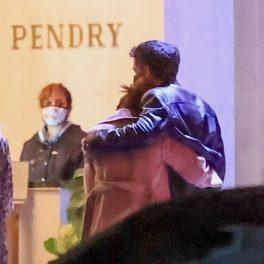 Jennifer Lopez și Ben Affleck, fotografiați la Hollywood, în timp ce intră într-un restaurant de lux, îmbrățișați