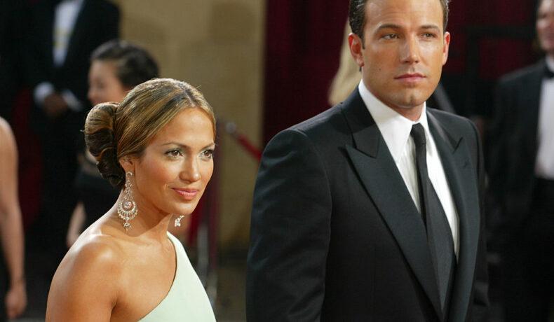 Jennifer Lopez și Ben Affleck, de mână, la Annual Academy Awards, în 2003, pe covorul roșu