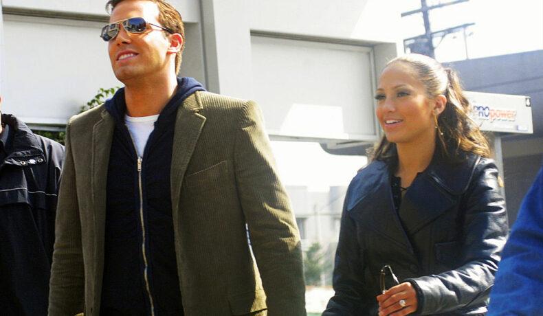 Jennifer Lopez și Ben Affleck, la filmările unui videoclip, în 2002, în timp ce se țin de mână