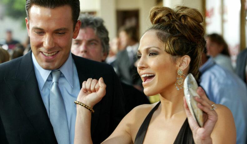 Jennifer Lopez și Ben Affleck, pe covorul roșu, la premiera filmului Gigli, în anul 2003
