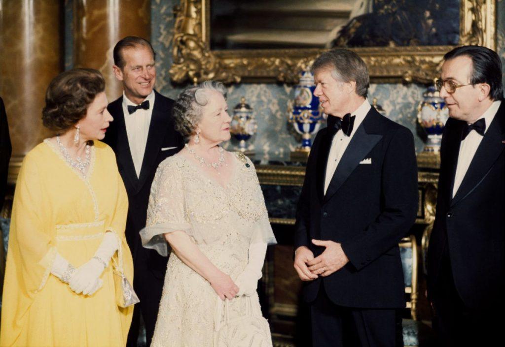 Președintele Carter vorbește cu Regina Elisabeta și Regina Mamă, în cadrul unei vizite oficiale la Palatul Buckingham