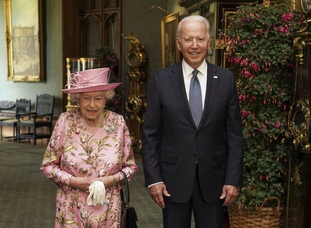 Regina Elisabeta și actualul președinte american, Joe Biden, în timpul unei vizite la Castelul Windsor