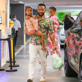 John Legend, în brațe cu fetița sa, la un centru comercial, în timp ce pleacă de lângă mașină