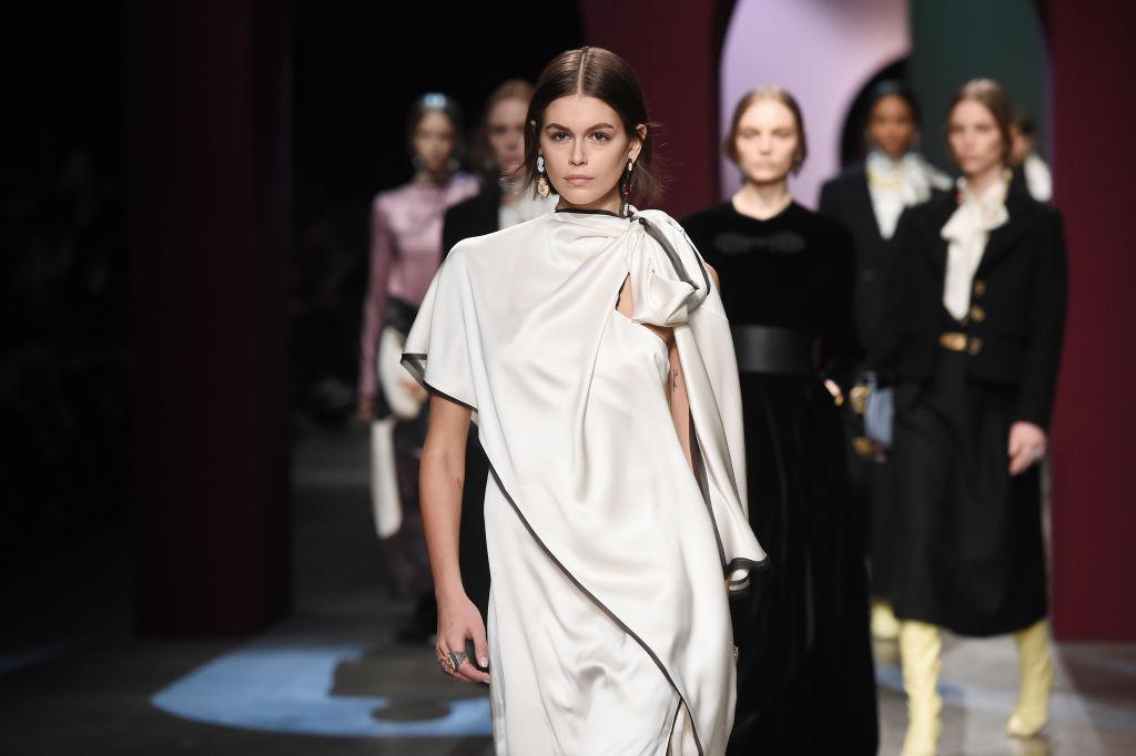 Kaia Gerber, pe podiumul de modă, într-o prezentare, la Milan Fashion Week, în 2021