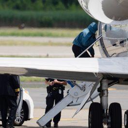 Kanye West, în timp ce urcă în avion, după vacanța cu Irina Shayk, cu fața acoperită