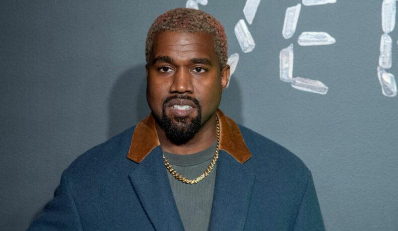 Kanye West, îmbrăcat elegant, la lansarea colecției Versace, 2019