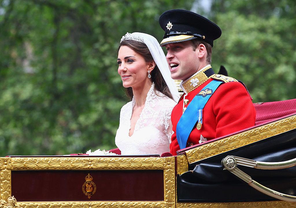 Kate Middleton și Prințul William, în ziua nunții lor, în timp ce se află în caleașcă, spre Palatul Buckingham