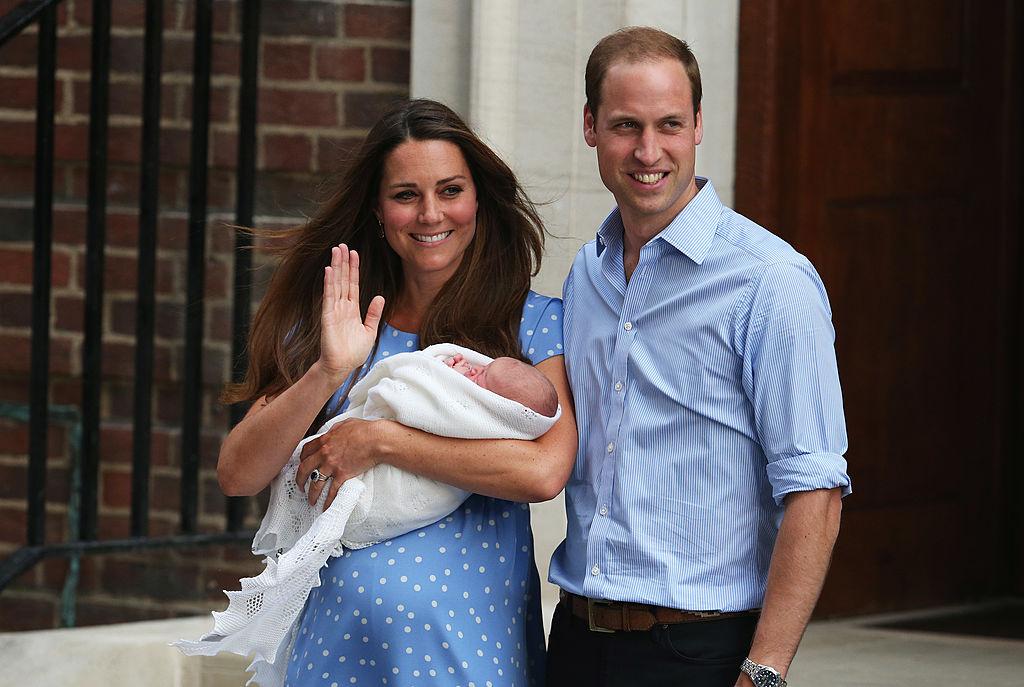 Kate Middleton și Prințul William, pe scările Spitalului St.Mary, la nașterea Prințului George