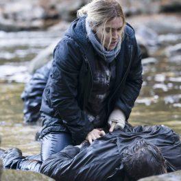 Kate Winslet, pe marginea unui râu, în rolul detectivului din producția Mare of Easttown