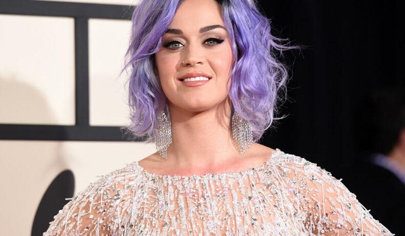 Katy Perry, cu părul mov, într-o rochie strălucitoare, la ceremonia Premiilor Grammy, din 2015