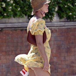 Katy Perry, la plmbare pe străzile din Veneția, într-o rochie galbenă, cu imprimeu floral