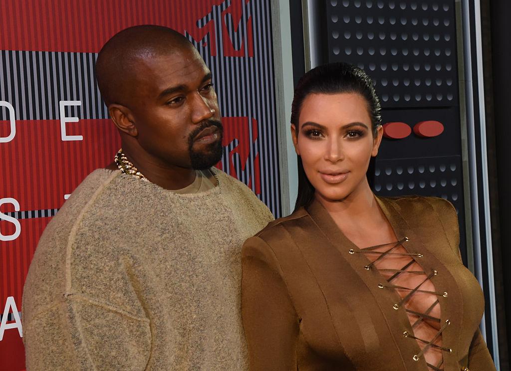 Kim Kardashian și Kanye West, pe covorul roșu la MTV Video Music Awards, în anul 2015, îmbrăcați în culori complementare