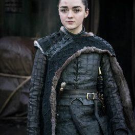 Maisie Williams ca Arya Stark în Game of Thrones, îmbrăcată în uniformă medievală, still din serial