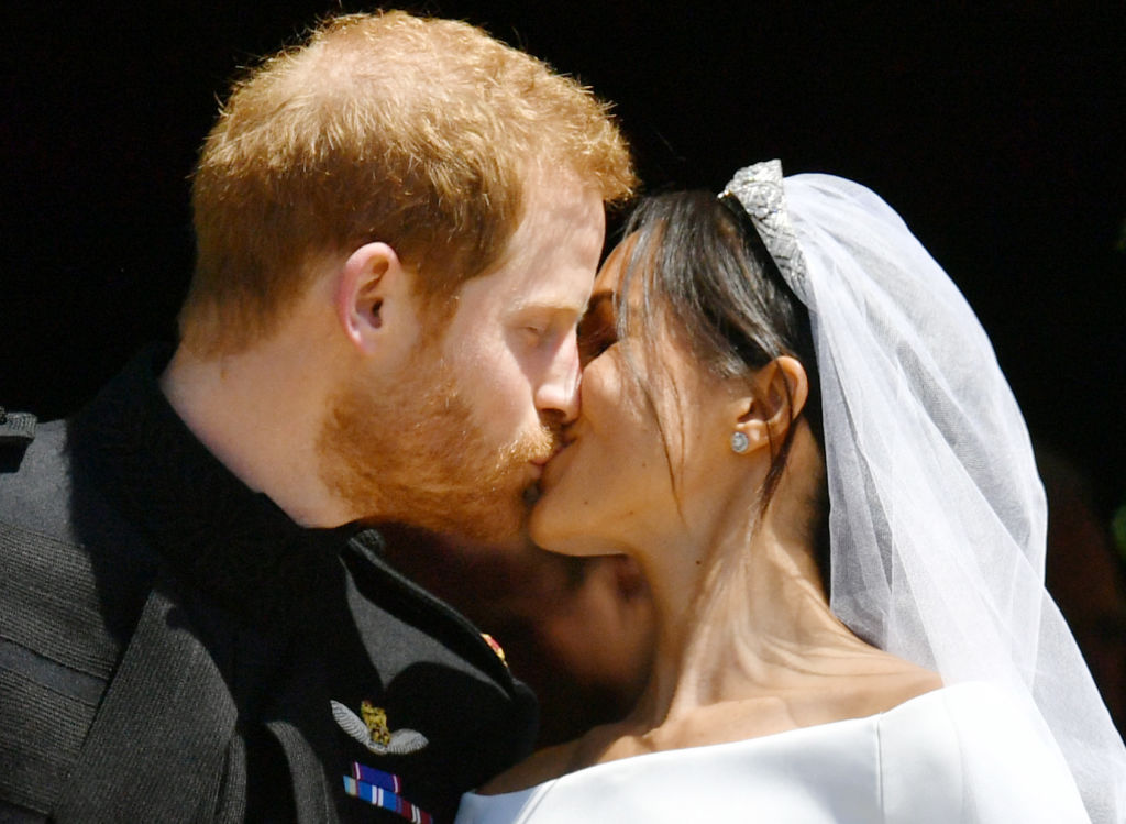 Meghan Markle și Prințul Harry, în timp ce se sărută la nunta lor