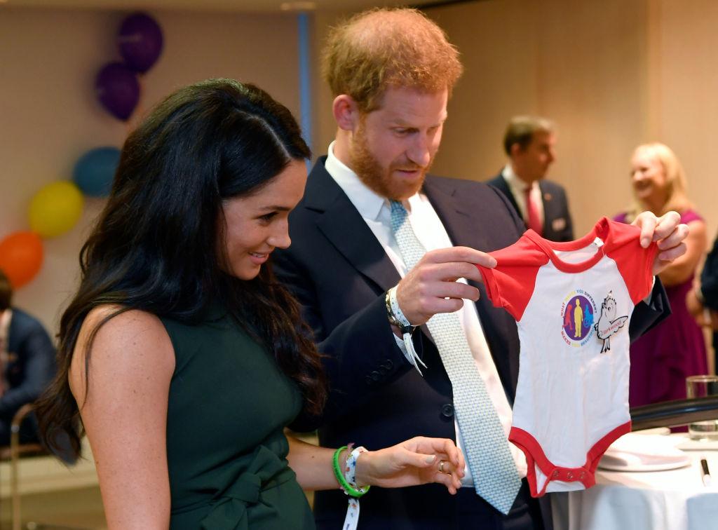 Meghan Markle și Prințul Harry, la un eveniment monden, în timp ce primesc un cadou pentru Archie