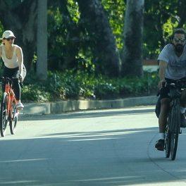 Shia LaBeouf și Mia Goth, pe stradă, îmbrăcați sport, la o plimbare cu bicicletele