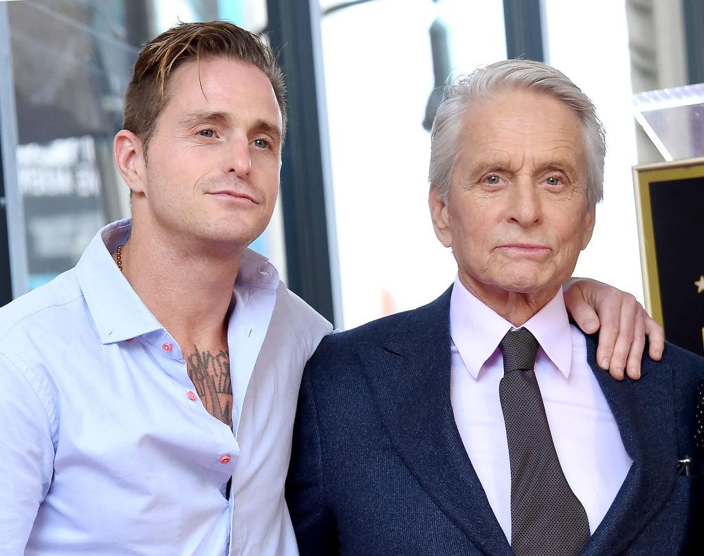 Michael Douglas, alături de fiul său, Cameron Douglas, pe Aleea celebrităților, de la Hollywood, în 2018