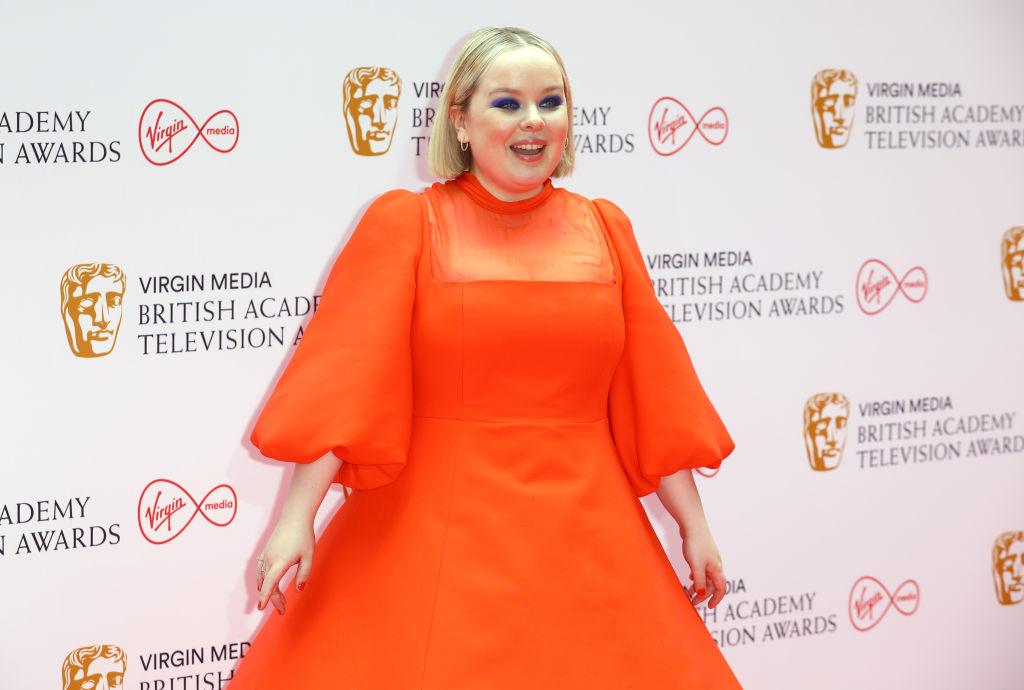Nicola Coughlan, îmbrăcată într-o rochie roșie la Premiile Bafta TV 2021