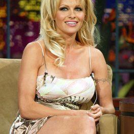 Pamela Anderson a apărut în cadrul unei apariții la The Tonight's Show, cu Jay Leno, vedeta a optat pentru o rochie scurtă, de culoare deschisă. A stat pe o canapea de culoare deschisă
