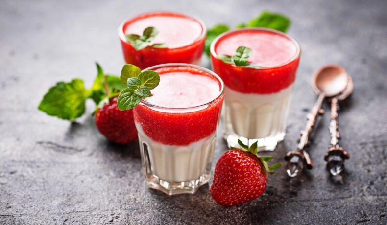 Panna Cotta cu vanilie și sos de căpșuni asamblată în pahare