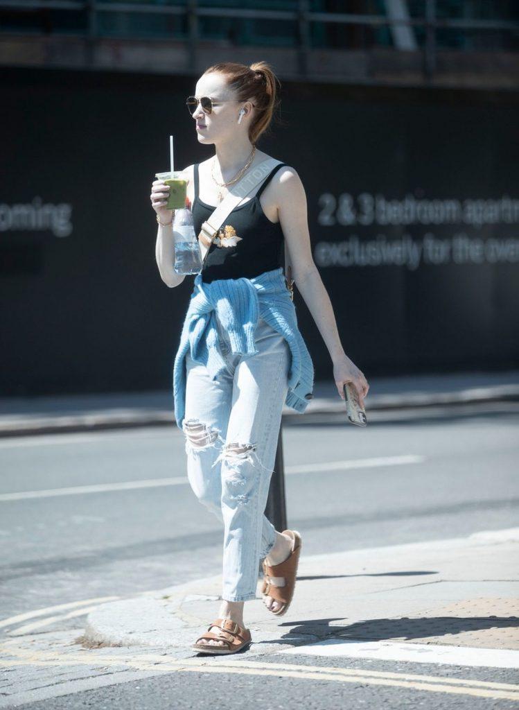 Phoebe Dynevor surprinsă într-o plimbare prin Londra