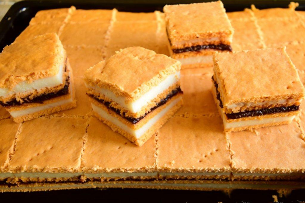 Prăjitura cu bulion și cremă de griș cu aromă de lămâie. în tava de cuptor