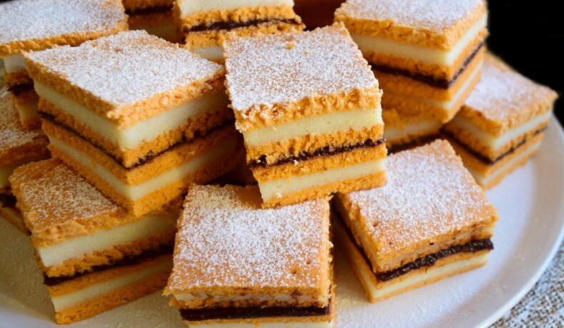 Prăjitura cu bulion și cremă de griș porționată și decorată cu zahăr