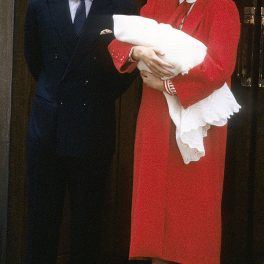 Prințesa Diana îl ține în brațe pe Prințul Harry, iar alături este Prințul Charles