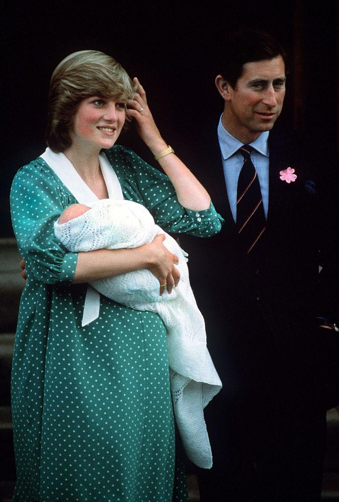 Prințesa Diana și Prințul Charles, la nașterea Prințului William, pe scările spitalului St. Mary din Londra