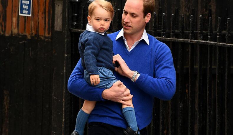 Prințul William, în brațe cu Prințul George, la nașterea Prințesei Charlotte