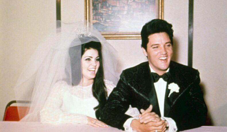 Elvis Presley și Priscilla Presley, îmbrăcați în mire și mireasă, la nunta lor, în 1967