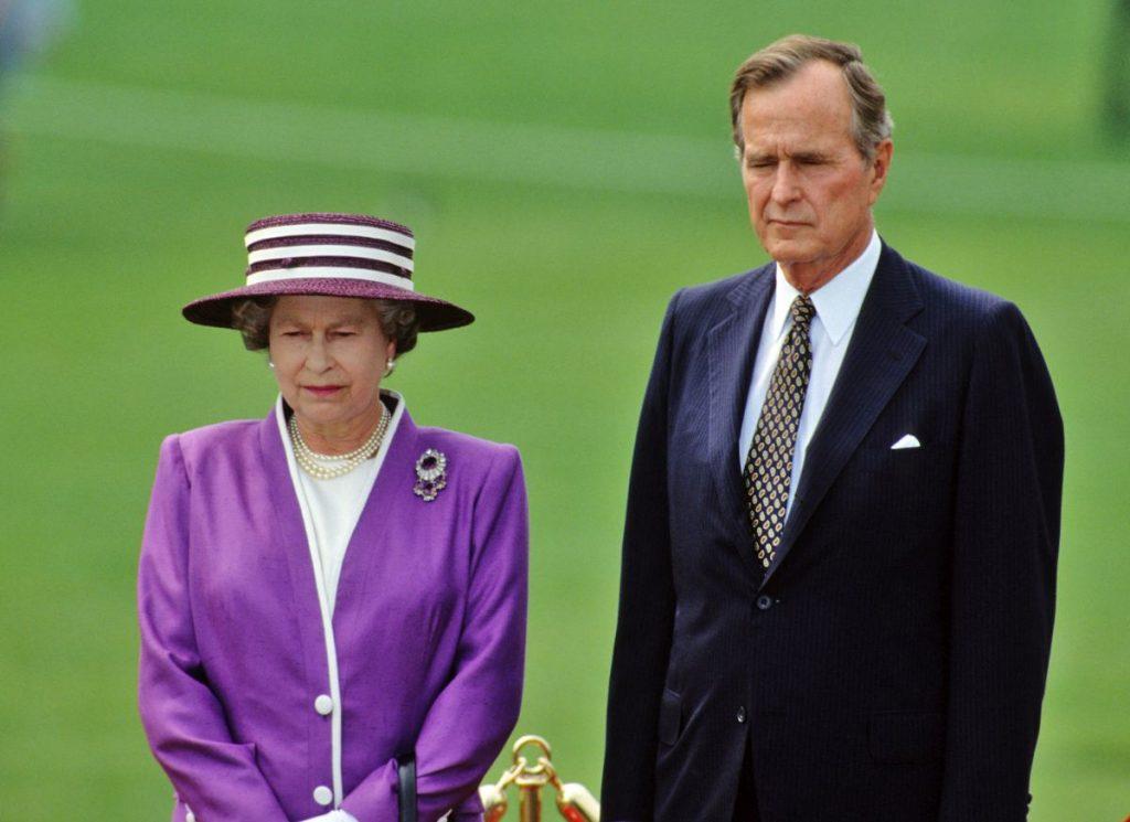 Regina Eliasbeta, într-o vizită la Casa Albă, alături de fostul președinte american Goerge W. H. Bush, în 1991
