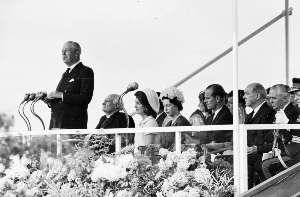 Regina Elisabeta, alături de văduva Jackie Kennedy, la inaugurarea memorialului de la Runnymede, dedicat fostului președinte american