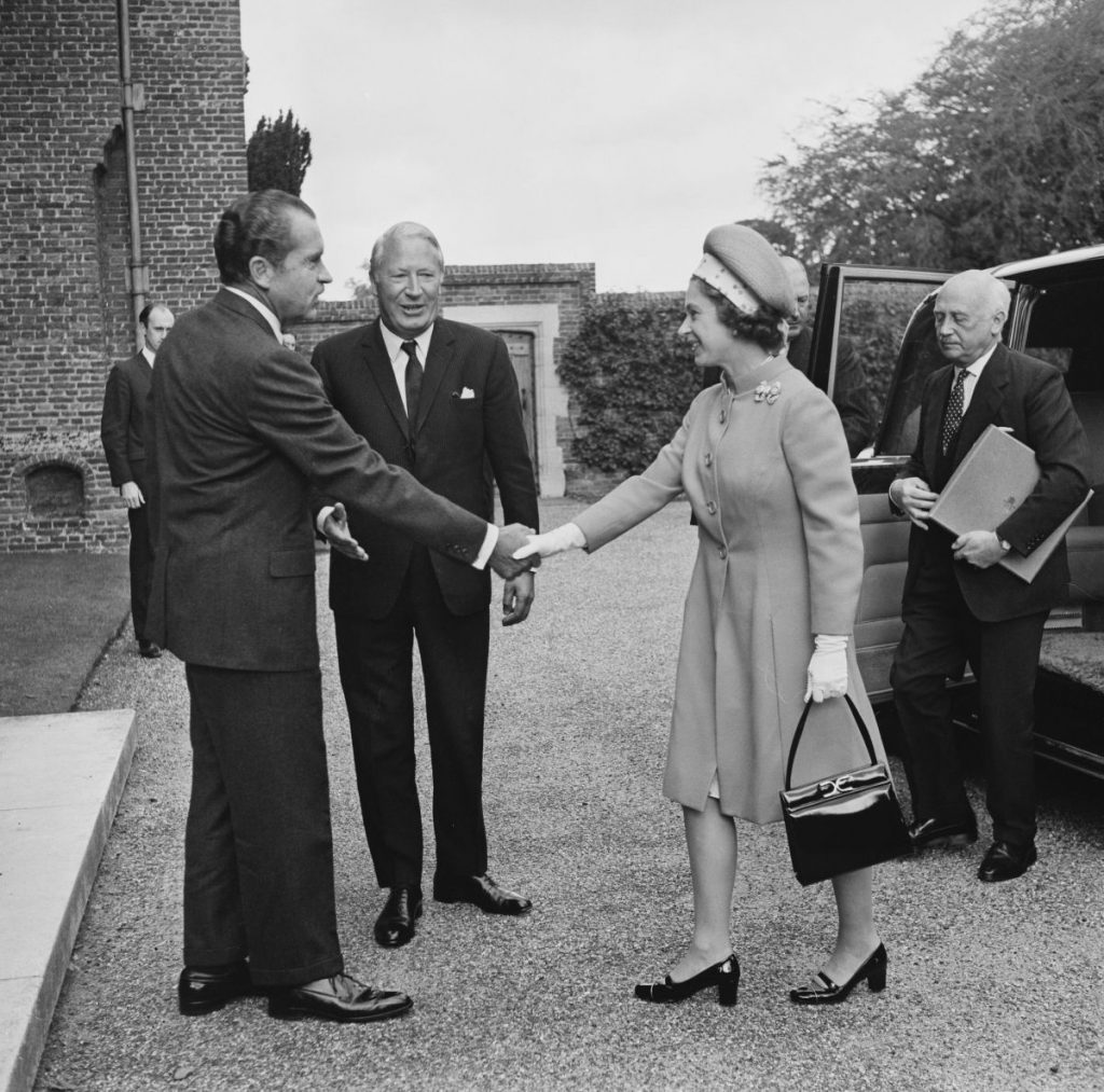 Președintele Nixon o întâlnește pe Regina Elisabeta, la un prânz oficial, în Marea Britanie, 1970