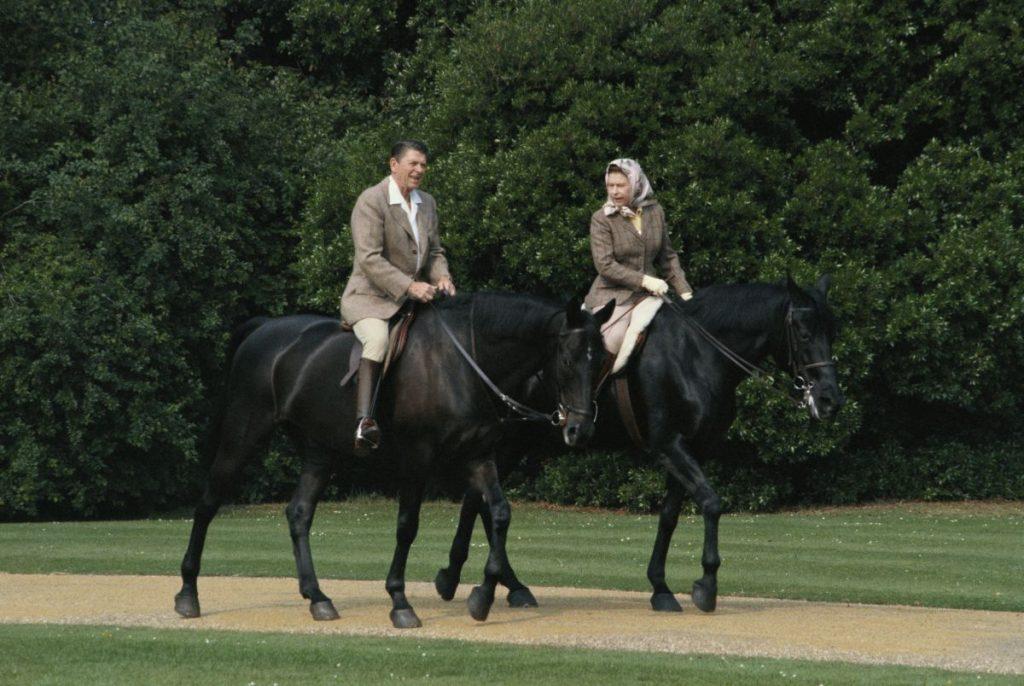 Regina Elisabeta și președintele Ronald Reagan, într-o plimbare exvenstru, în apropierea castelului Windsor